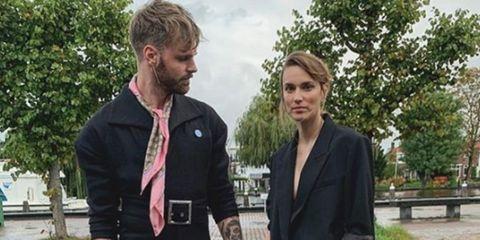 Tim Hofman en vriendin Lize Korpershoek onderweg naar het Televizier Gala 2019. Zij in een pak, hij op hakken.