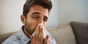 花粉症に苦しむ男性