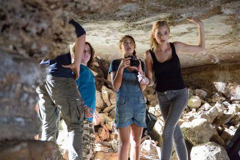 unas chicas estan dentro de una cueva