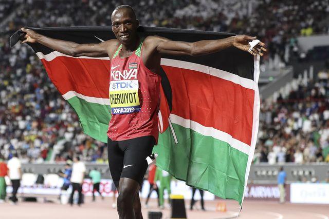 timothy cheruiyot celebra con la bandera de kenia su triunfo en los 1500 metros del mundial de doha