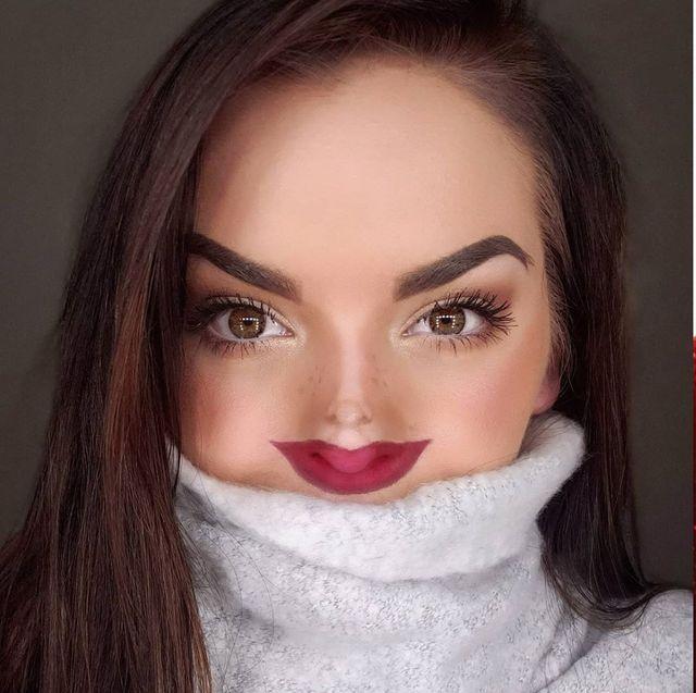 おうち時間を充実させようと、sns上では様々なチャレンジが登場。そのうちの一つ、「tiny face challenge(タイニーフェイスチャレンジ)」はそのインパクト大のルックスで、瞬く間にトレンドに。超小顔になれる というこのメイク方法とは…?