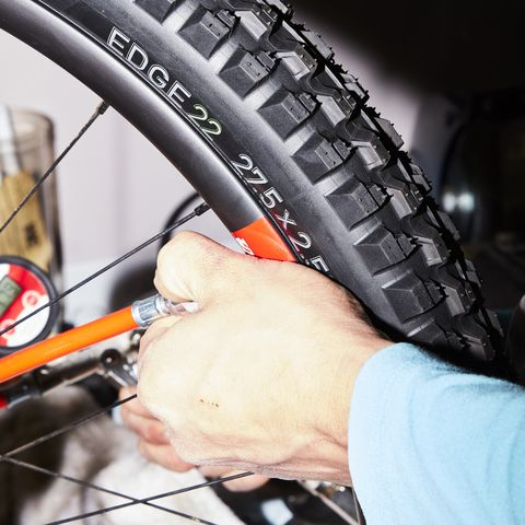 inflating a tubeless tire