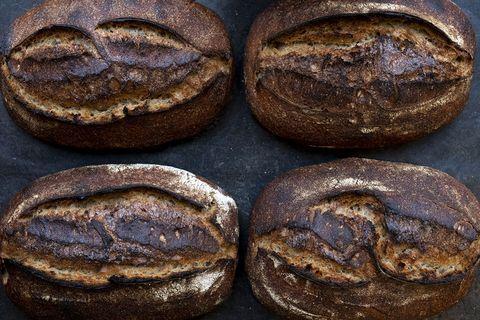 Versgebakken zuurdesem brood van bovenaf