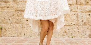 Vrouw in rok met blote benen