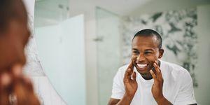 Man kijkt lachend in de spiegel