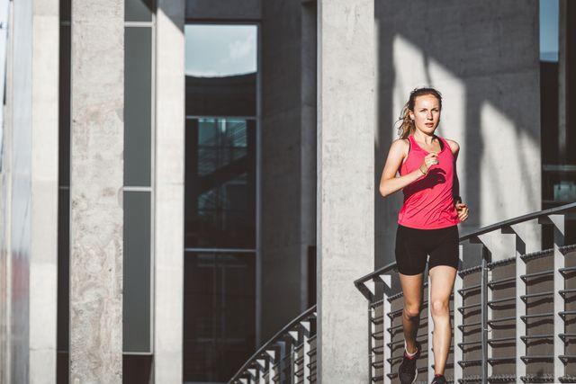 vrouw hardloper sneller snelheidstraining looptraining