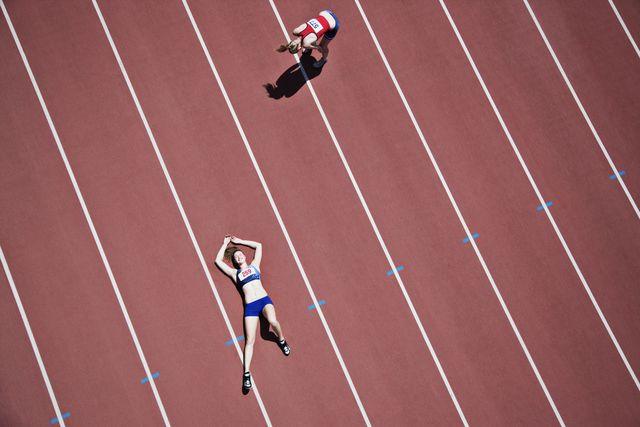 atletas agotadas en una pista de atletismo