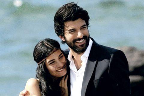omer y elif sonríen en su boda en amor de contrabando