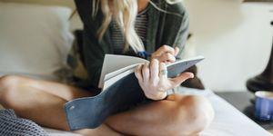 Vrouw schrijft in notitieboekje