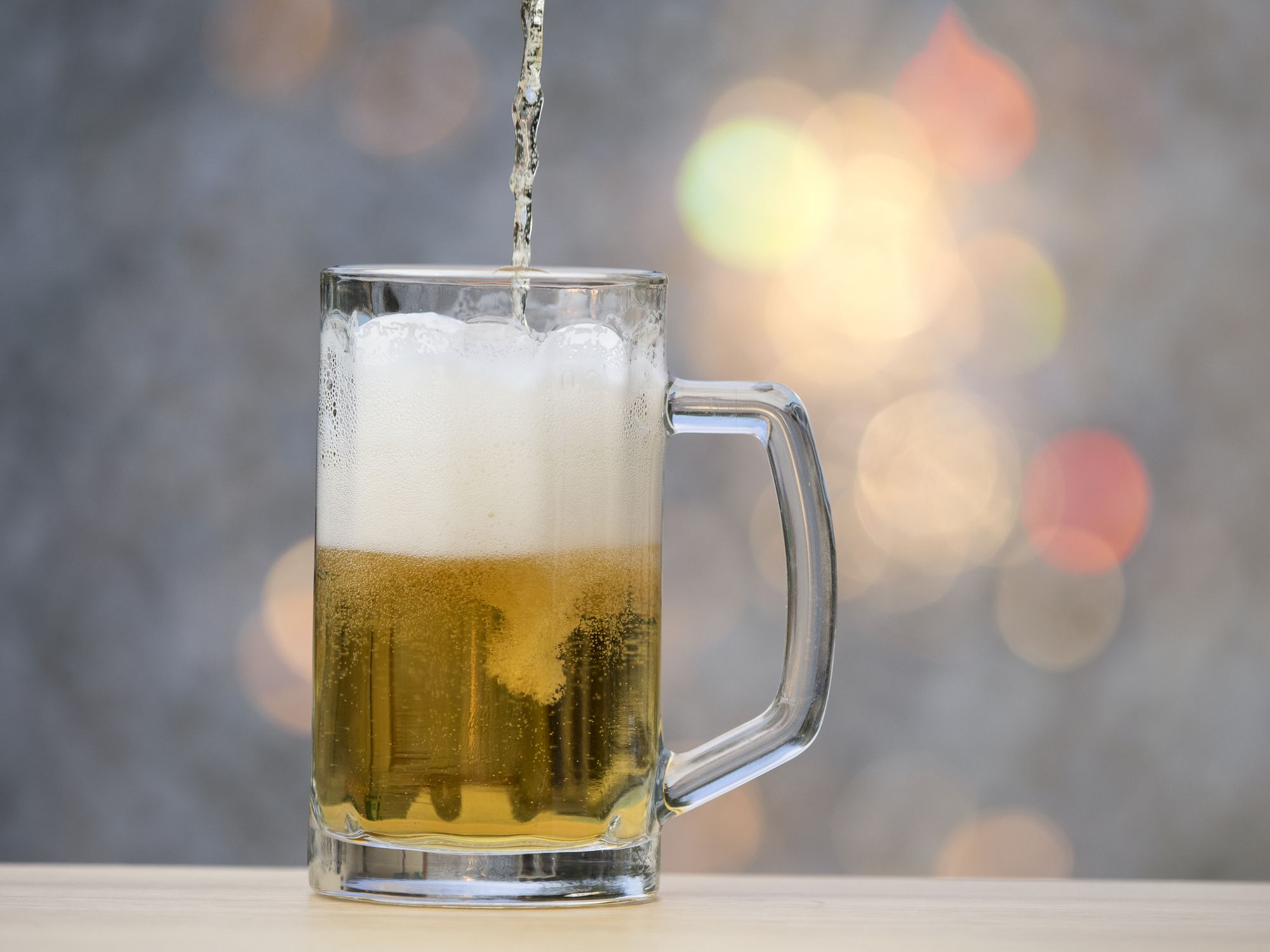 To fill a pitcher of crystal of beer with natural light