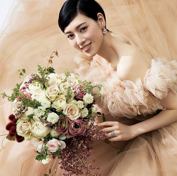 三吉彩花さんのドレスと花の最旬方程式