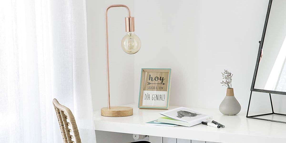 Lámpara de cobre en el escritorio