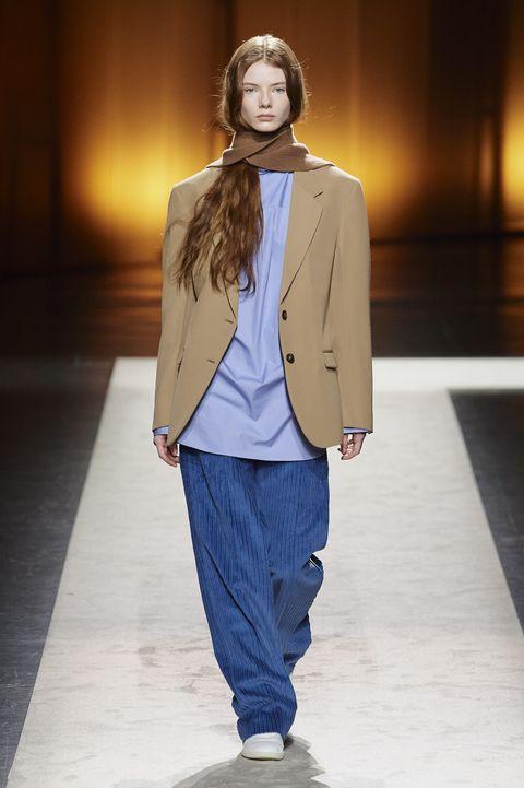 Fashion show, Fashion model, Runway, Fashion, Clothing, Outerwear, Human, Public event, Fashion design, Event,