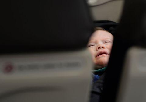 Bebé llora en avión.