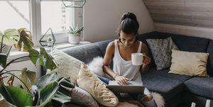 Vrouw met laptop op schoot, nadenkend over haar toekomst