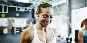 Sportende vrouw lacht