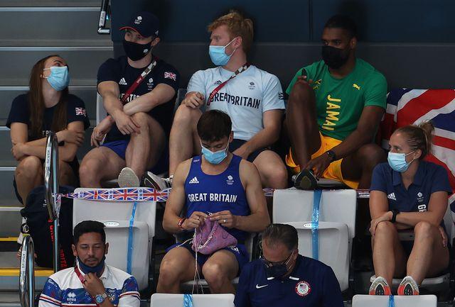 tom daley cuenta qué estaba tejiendo en su foto viral de las olimpiadas