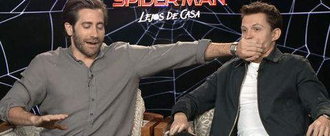Tom Holland le chupa la mano a Jake Gyllenhaal
