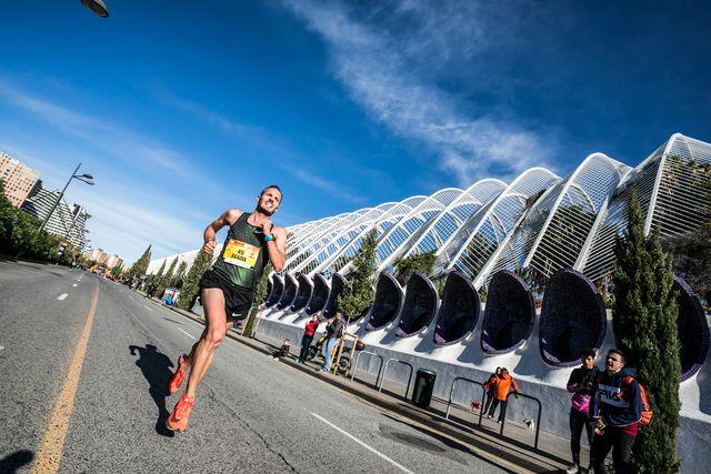 toni abadía por las calles del maratón de valencia