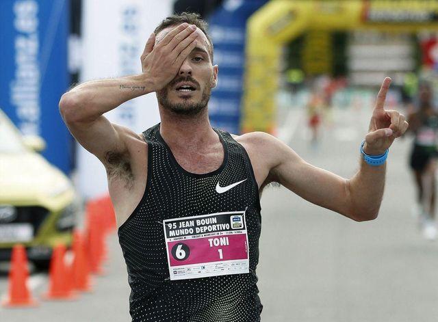 toni abadía se tapa un ojo para celebrar la llegada a la meta de la carrera jean bouin de barcelona