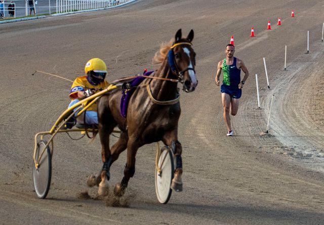 toni abadía corre por la arena del hipódromo de palma de mallorca en su duelo contra el caballo de carreras variuso du bouffey