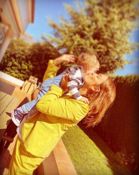 toñi moreno le da un beso a su hija lola