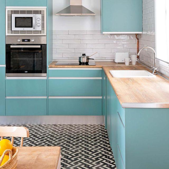 Una Cocina Abierta Al Salon Con Muebles Color Turquesa Cocinas
