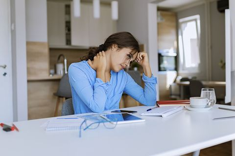 肩頸痠痛不舒服?「2招必學毛巾操+轉肩操」10分鐘改善肩頸、背部痠痛僵硬