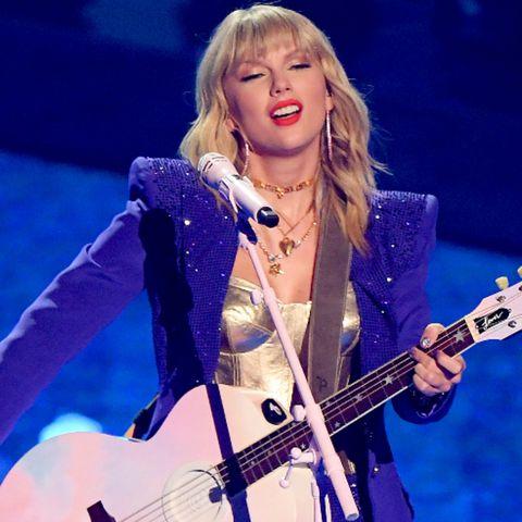 Music artist, Musician, Performance, Music, Entertainment, Musical instrument, Eyewear, Singing, Performing arts, Singer,