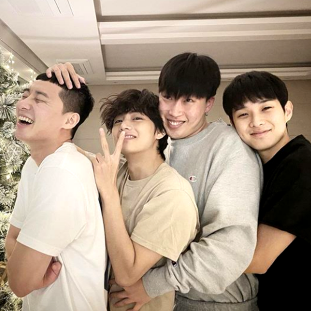 韓流ドラマブームの再燃や k popの流行などで、韓国セレブや芸能界について詳しくなってきた人も多いのでは? そこで気になるのが、韓国セレブたちの私生活や交友関係! 本記事では、プライベートで大の仲良しである12組の韓国セレブたちをご紹介。