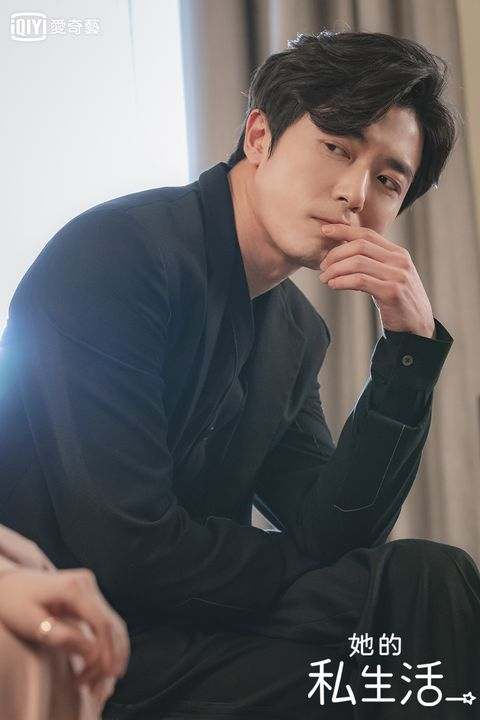 Forehead, Chin, Nose, Black hair, Neck, Formal wear, Mouth, Sitting, Photography, Gesture,