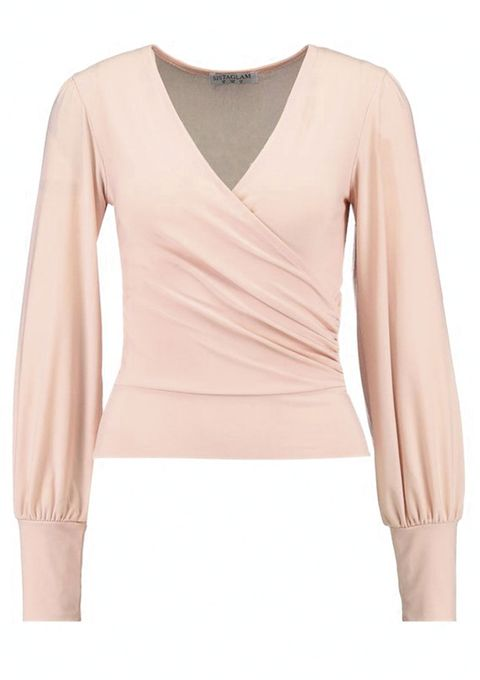 En un total look o combinado, el color nude se convierte en la opción más elegante para los días del invierno. Aprovecha las rebajas para hacerte con prendas que seguirán siendo tendencia la próxima temporada.