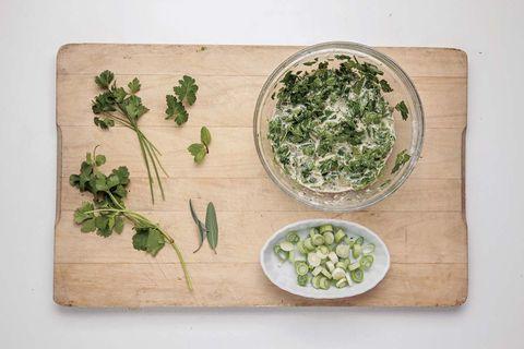 Tortilla de hierbas y cebolleta