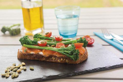 Tosta de salmón, queso y bimi