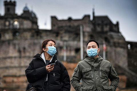 マスクを着けて街を観光する2人