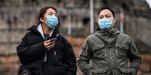 マスクを着けて街を観光するカップル