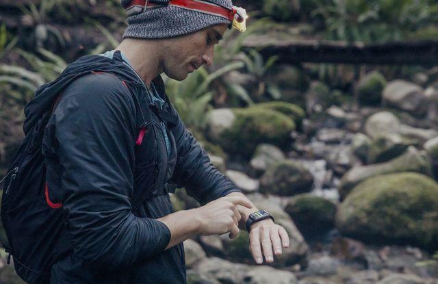 trail runner monitorizando su entrenamiento en un reloj deportivo