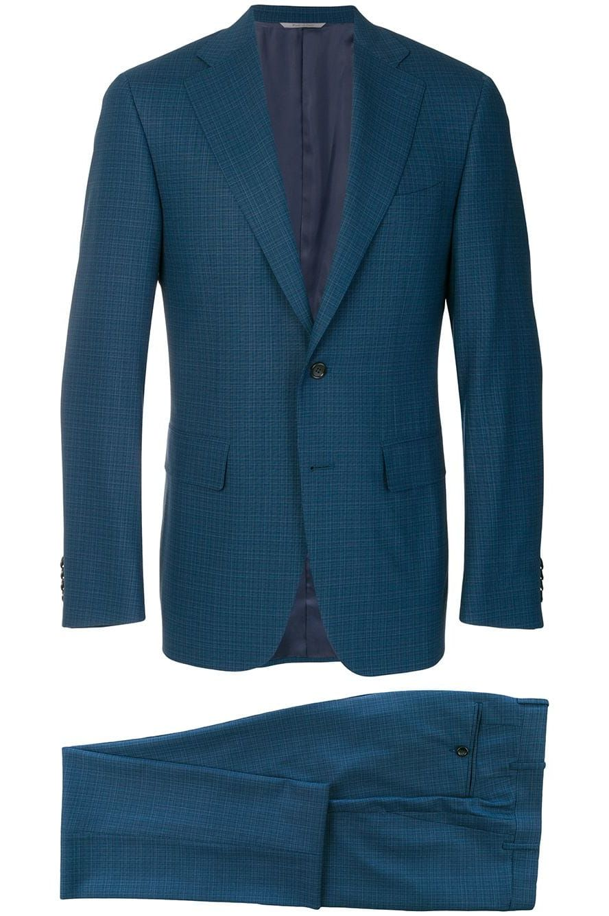traje azul con corbata