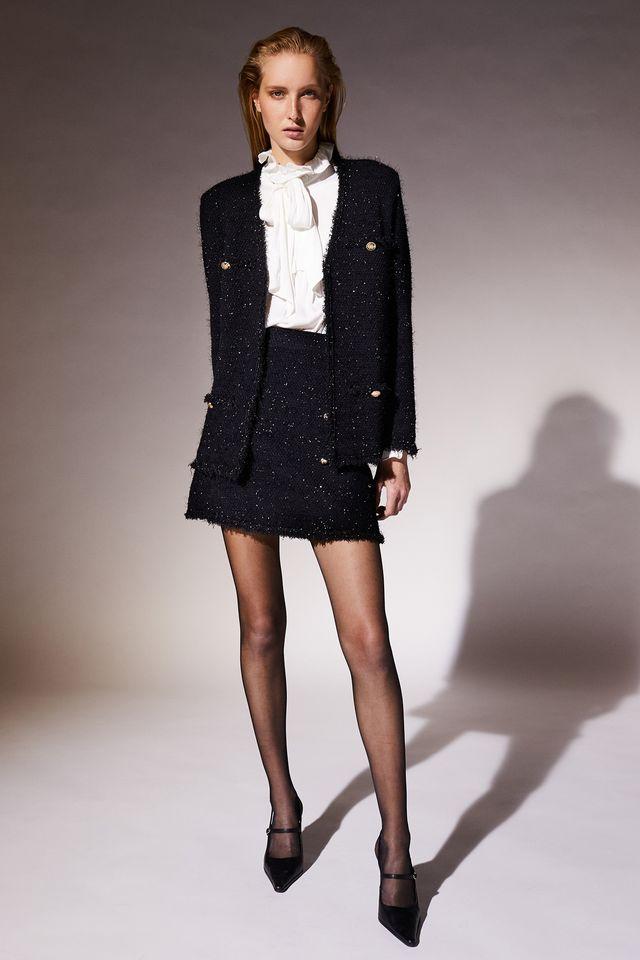 traje de tweed con botones y minifalda de sfera