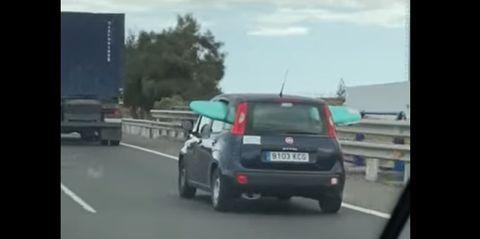 turista transporta tabla surf