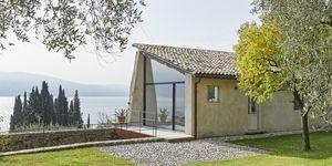 Un vecchio casello sul lago di Garda diventa una casa-vacanze