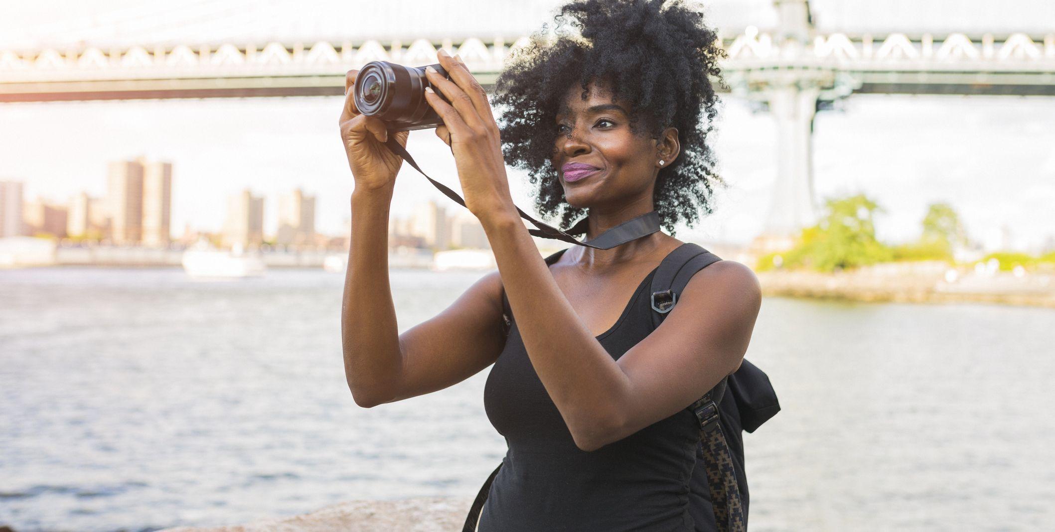 USA, New York City, Brooklyn, woman looking at camera at the waterfront