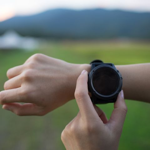 traveller use Smart watch and application for navigate and explorer