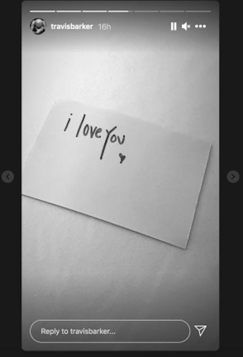kourtney kardashian leaves love note for travis barker