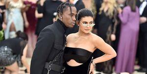 Travis Scott en Kylie Jenner op de rode loper van het MET Gala in 2018.
