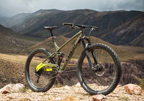 Land vehicle, Vehicle, Bicycle wheel, Bicycle, Mountain bike, Downhill mountain biking, Mountain biking, Cycle sport, Spoke, Bicycle frame,