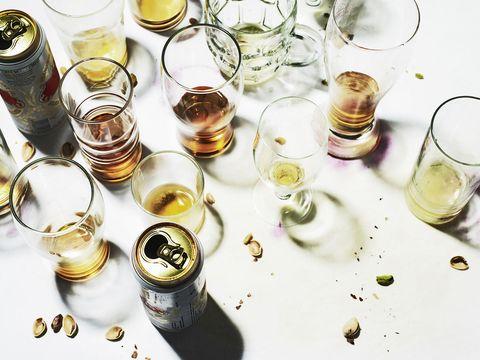 Lege drankglazenop een tafel