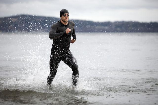 un triatleta saliendo de las aguas del mar