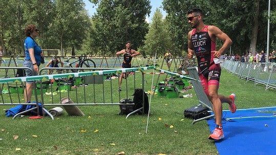 dos triatletas corren en la transición entre bicicleta y carrera en una competición de la fetri