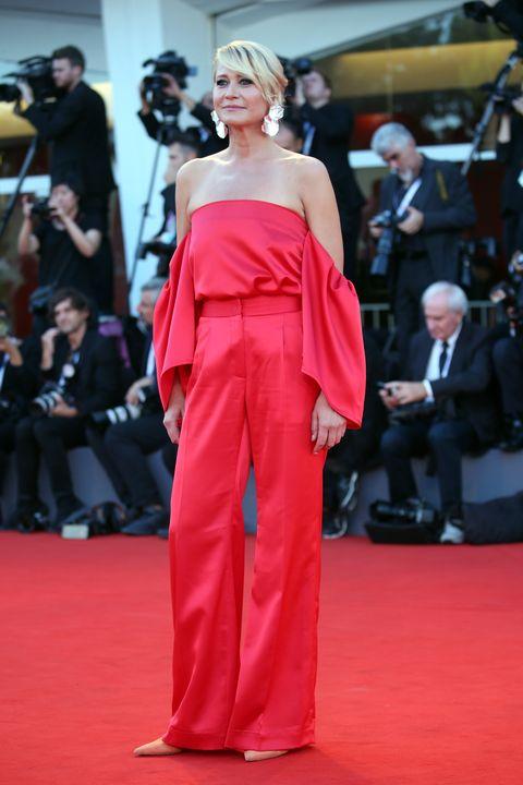 Red carpet, Carpet, Shoulder, Clothing, Dress, Fashion, Flooring, Premiere, Red, Joint,